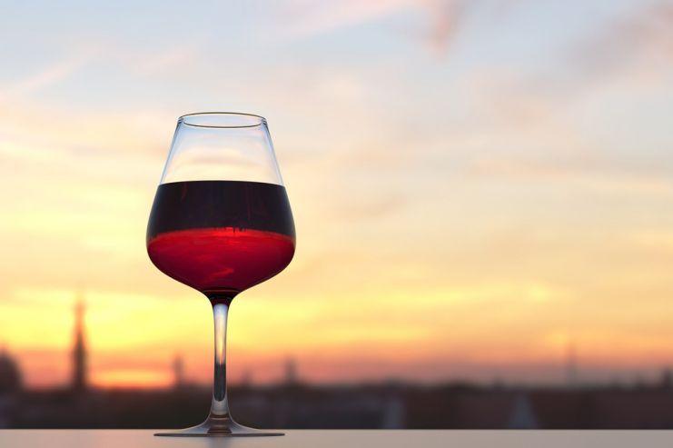 Ученые сделали спонтанное открытие о выгоде красного ибелого вина