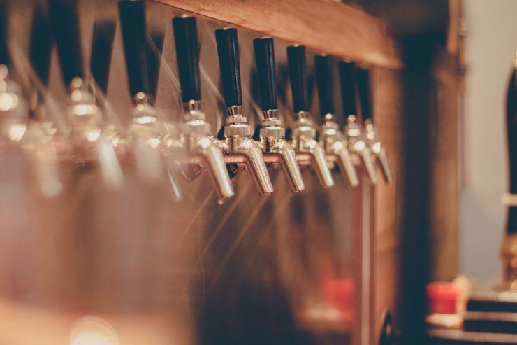 Успешный магазин разливного пива продает в среднем 113,3 литров в день – результаты опроса