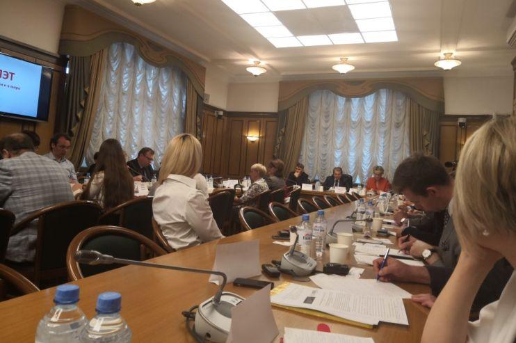 «Справедливая Россия» провела в Госдуме круглый стол по ПЭТ: депутаты, чиновники, бизнес против ограничений
