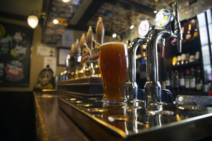 Больше чем половине британцев не по карману пить пиво в пабах