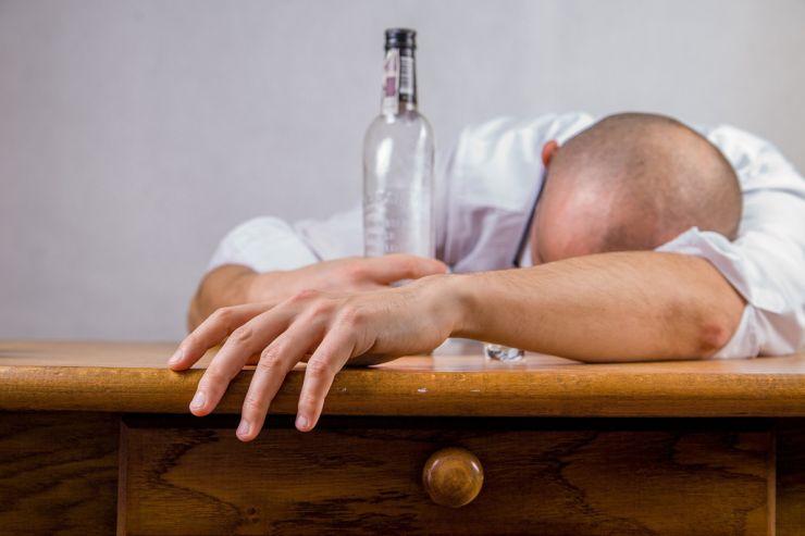 Как признать человека алкоголиком